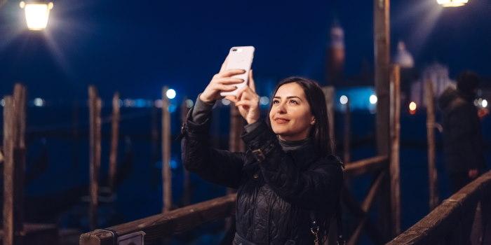selfie φωτογραφία με χρήση flash από το κινητό smartphone