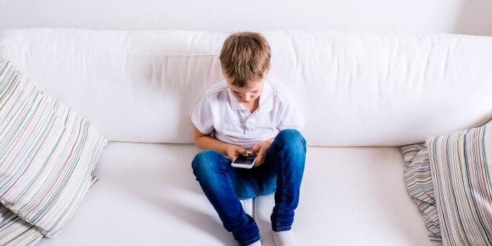 κινητό τηλέφωνο smartphone και παιδί